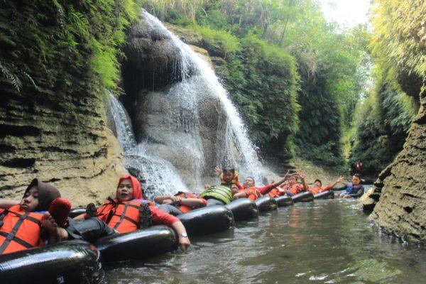 River Tubing adalah salah satu kegiatan outdoor dimana kamu akan menyusuri sungai dengan menggunakan pelampung